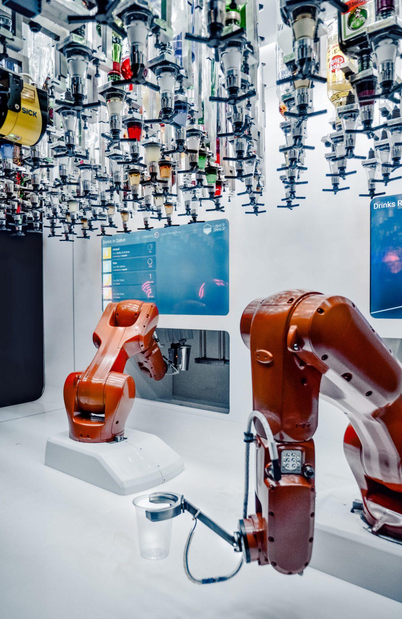 rote roboterarme in weißem raum